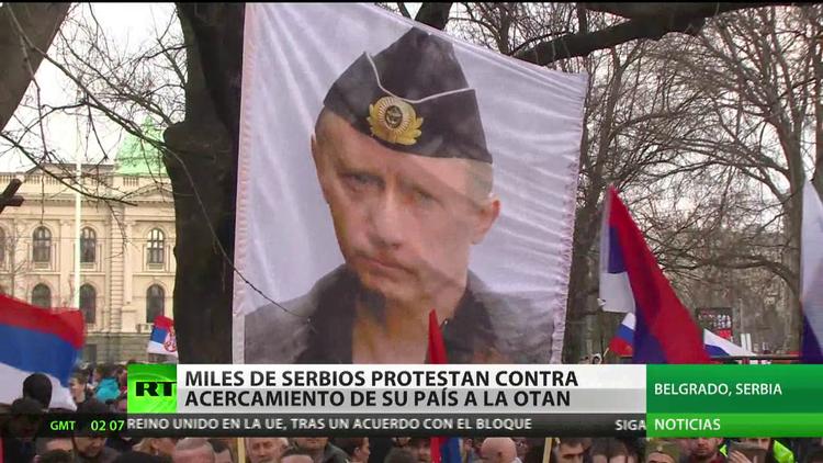 Miles de serbios protestan contra el acercamiento de su país a la OTAN