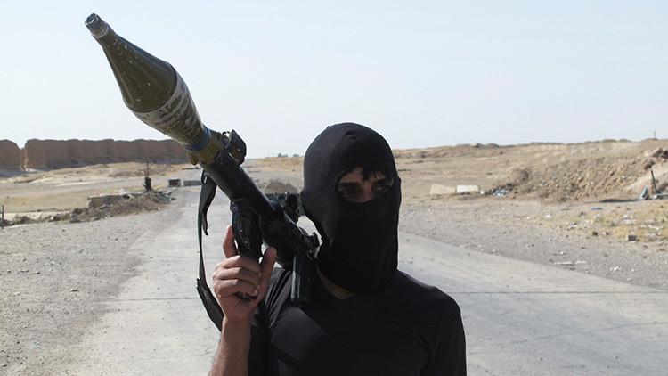 FUERTES IMÁGENES: Un terrorista prepara a su hijo de 11 años para un ataque suicida