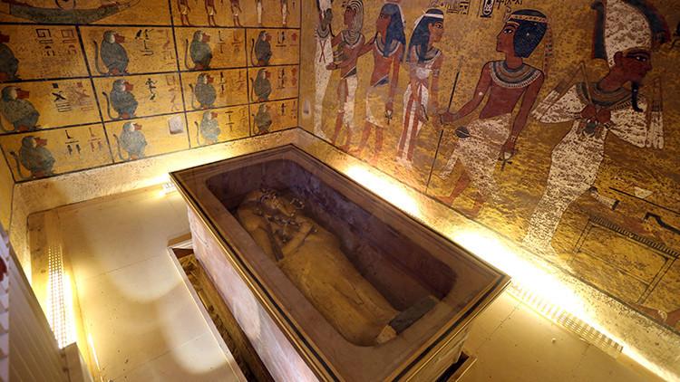 """La cámara detrás de la tumba de Tutankamón está """"llena de tesoros"""""""