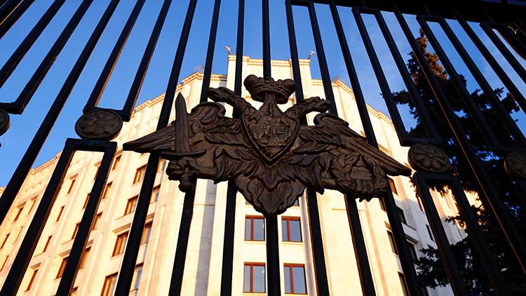 Escudo en la valla del edificio del Ministerio de Defensa ruso en Moscú.