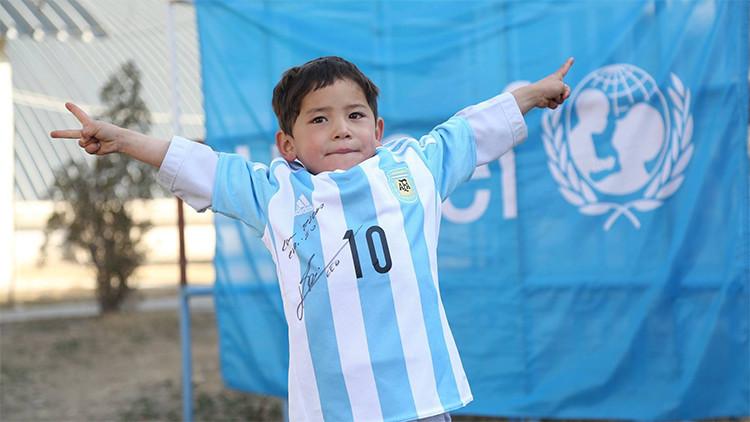 """""""Le encanto a Messi"""": El futbolista cumple el sueño del niño afgano de la 'camiseta'"""