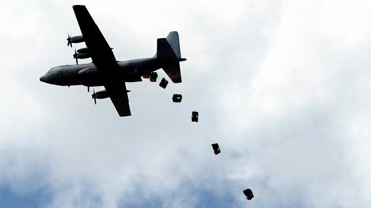 Un avión militar de EE.UU. lanza ayuda humanitaria sobre la ciudad keniana de Dadaab, 9 de diciembre de 2006