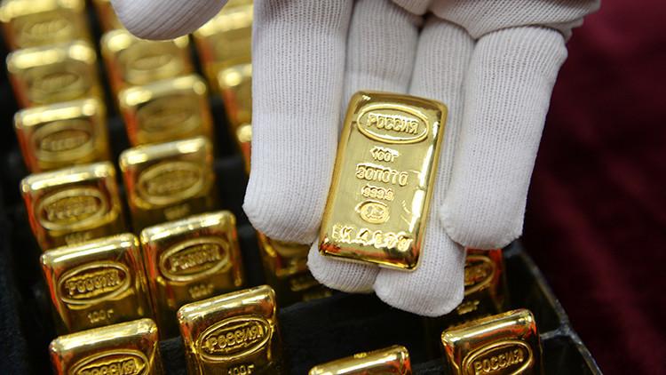 """""""Ataque a la supremacía del dólar"""": ¿Por qué Rusia aumenta sus reservas de oro?"""