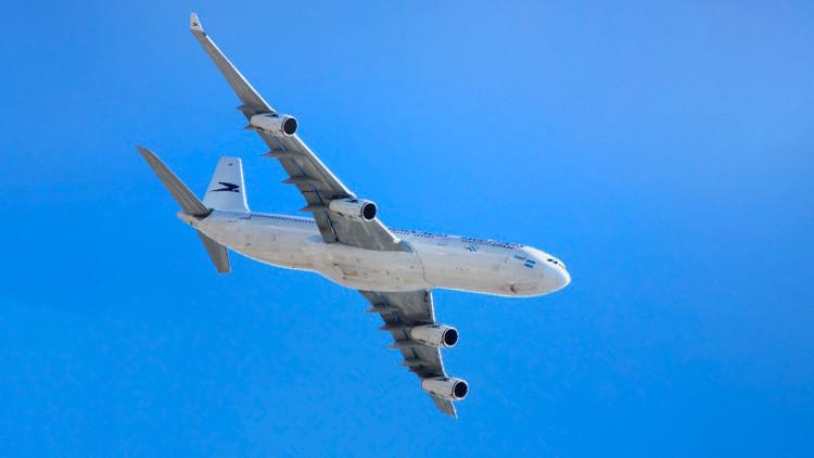 ¿Qué le dice la tripulación a los pasajeros cuando se produce un aterrizaje de emergencia?