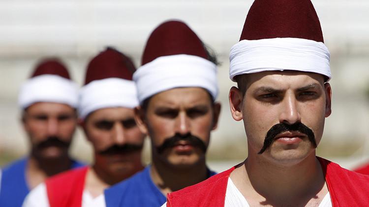 Soldados turcos con trajes de marineros otomanos durante una ceremonia para celebrar del 556 aniversario de la conquista de Estambul por los otomanos