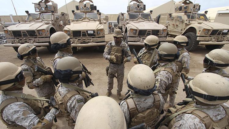 El coronel, Abdulá al Sahyan, quien comanda las fuerzas saudíes en la ciudad portuaria de Adén, Yemen, habla con sus soldados en una base, 28 de septiembre de 2015.