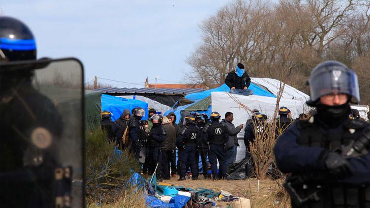 Policía emplea gases lacrimógenos contra los refugiados en Francia (Video)