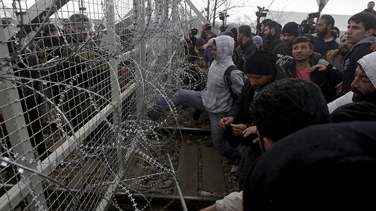 Video: Refugiados fuerzan la valla en la frontera entre Grecia y Macedonia