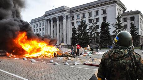 Activistas del grupo radical Sector Derecho prenden fuego a tiendas de campaña a las afueras de la Casa de los Sindicatos de Odesa