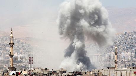 Columna de humo después de un ataque aéreo de las fuerzas leales al presidente de Siria, Bashar al Assad, en Damasco