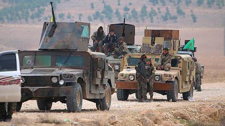 Combatientes de las Fuerzas Democráticas de Siria, coalición formada por milicianos kurdos y árabes, durante su una ofensiva contra el Estado Islámico el 26 de diciembre de 2015.