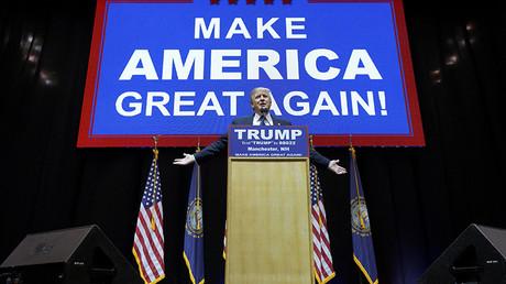 El candidato presidencial republicano Donald Trump da un discurso en el marco de su campaña en Manchester, Nuevo Hampshire, 8 de febrero de 2016.