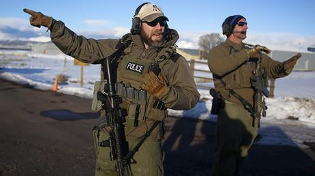 Agentes del FBI dialogan mientras se encargan de la entrada del Aeropuerto Municipal Burns, en Oregón, 30 de enero de 2016