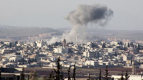 Humo sobre la ciudad de Anadan, al norte de Alepo