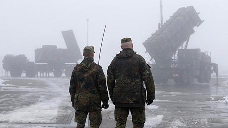 Militares alemanes frente a una unidad radar y a un lazamisiles PAC-2 en Warbelow