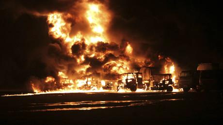 Un convoy de contenedores y tanques petroleros de la OTAN en llamas tras ser alcanzado por misiles a 25 kilómetros de Karachi, Pakistán, el 15 de septiembre de 2013.