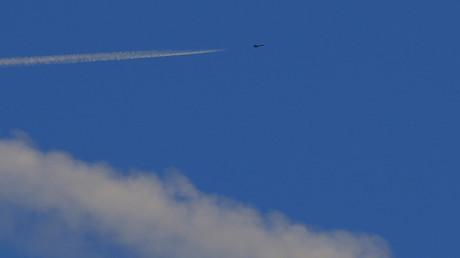 Un caza vuela cerca de la frontera con Turquía en el espacio aéreo sirio, observado desde Kilis, Turquía, 9 de febrero de 2016
