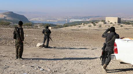 Combatientes kurdos del YPG cerca de la presa de Tshrin, en el sur de Kobani