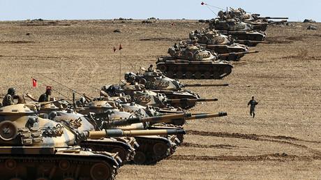 Tanques del Ejército turco se posicionan en la frontera turco-siria cerca de la ciudad de Suruc, en la provincial turca de Sanliurfa, 6 de octubre de 2014