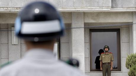 Los soldados de Corea del Sur y Corea del Norte en el pueblo fronterizo de Panmunjom