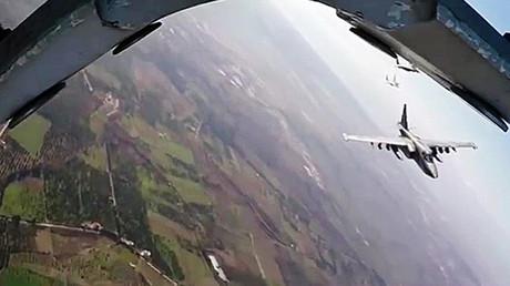 Aviones de ataque Su-25 rusos escoltados por cazas sirios MiG-29