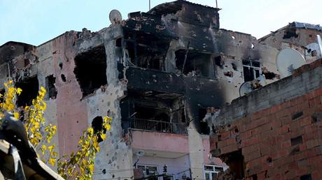 Un edificio destruido durante una ofensiva turca en el distrito Diyarbakir del Sur