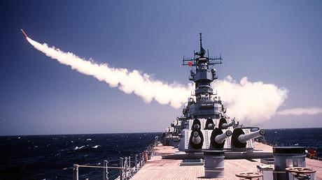 Un lanzamiento de prueba de un misil Tomahawk BGM-109 desde la cubierta del buque USS Missouri