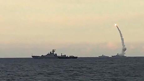La flota rusa del Caspio lanza un ataque con misiles de crucero Kalibr-NK contra posiciones terroristas en Siria, 20 de noviembre de 2015