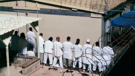 Un grupo de detenidos participa en una oración matutina en la prisión de Guantánamo. Agosto 5 de 2009.
