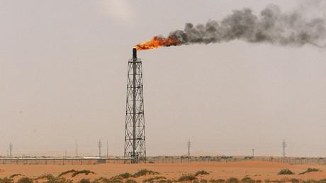 Una llama de gas en el desierto cerca del yacimiento petrolero Khurais, situado a unos 160 kilómetros de Riad, Arabia Saudita