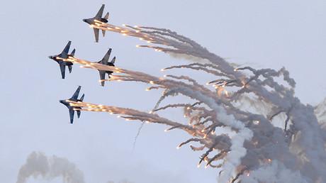 Cazas rusos Sukhoi Su-27 lanzan fuegos artificiales durante su actuación en la exposición internacional Russia Arms Expo 2013 en la ciudad rusa de Nizhni Taguil, en los Urales.