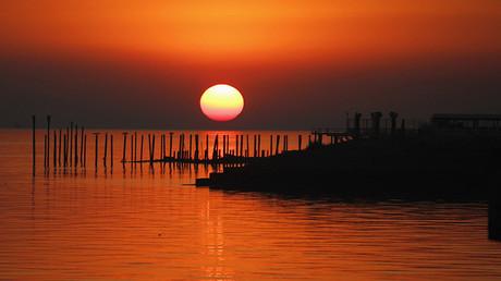 El sol se levanta sobre las orillas del Río de la Plata, en Buenos Aires