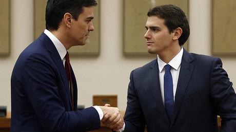 El secretario general del PSOE, Pedro Sánchez, y el presidente de Ciudadanos, Albert Rivera, se dan la mano después de firmar el acuerdo en Madrid