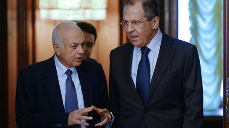 El secretario general de la Liga Árabe, Nabil Al Araby, y el canciller ruso, Serguéi Lavrov