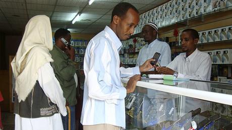Un hombre hace compras en una tienda en Mogadiscio, Somalia