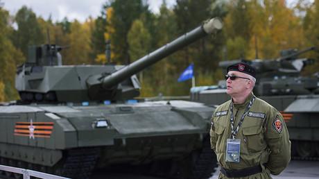 Un empleado de seguridad cerca del tanque Armata, en la décima exposición internacional Russia Аrms Еxpo.