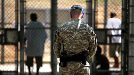 Un guardia vigila a los presos de Guantánamo