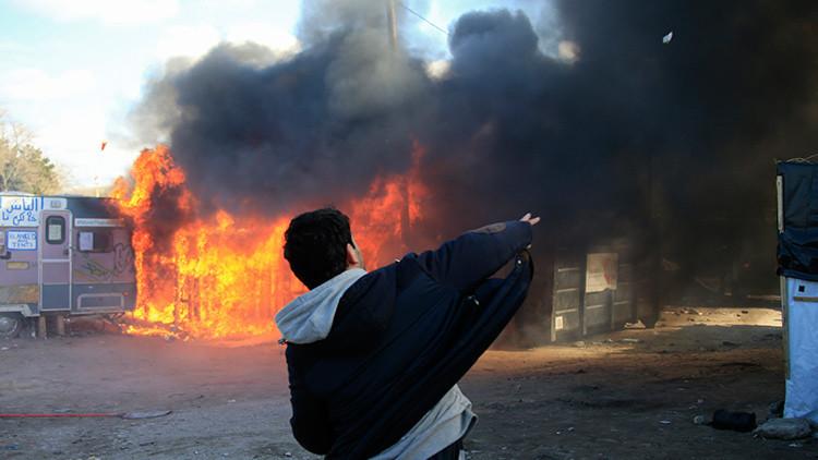 VIDEO: refugiados atacan con piedras a un periodista en Francia