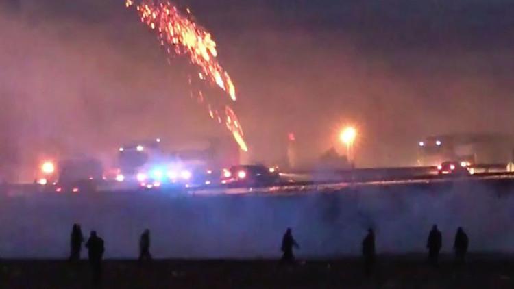 Videos: Refugiados cortan autopista francesa durante violentos choques con la Policía