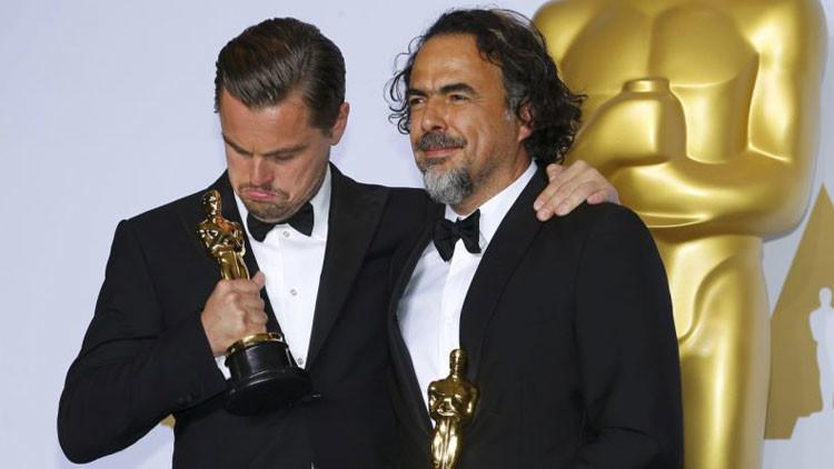 ¿Tanto esperar para esto? Leonardo DiCaprio se olvida su Oscar en un restaurante