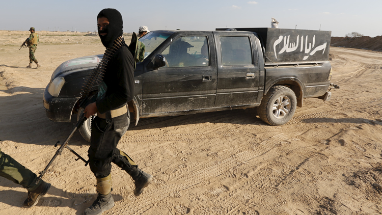Terrorista del EI filma su propia muerte de un disparo en la cabeza en Siria (Advertencia VIDEO +18)