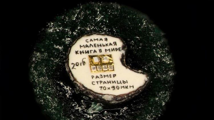 Un artesano de Siberia fabrica el libro más pequeño del mundo