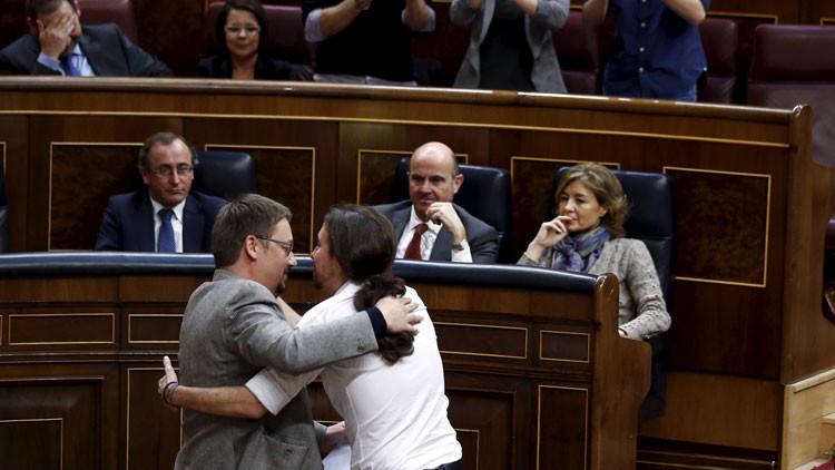 España: El beso en la boca entre Pablo Iglesias y el líder de En Comú Podem incendia la Red (video)