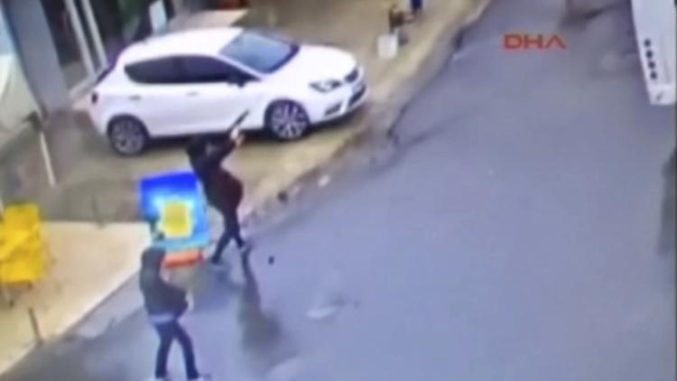 Momento exacto del ataque con granadas de dos terroristas contra la Policía turca (video)