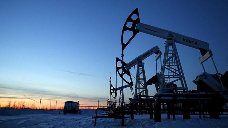Estos son los factores que hacen que el petróleo siga siendo barato