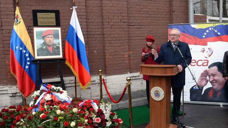 Viceministro de Exteriores ruso deposita flores en la placa dedicada a Hugo Chávez en Moscú