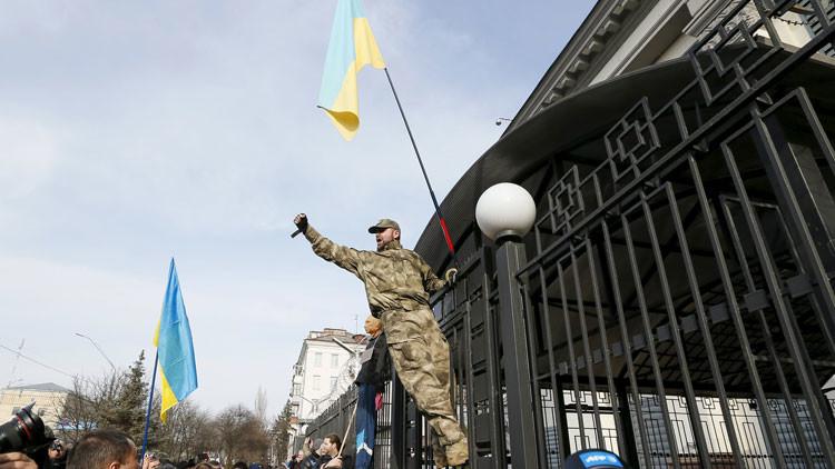 Individuos armados atacan la Embajada de Rusia en Kiev (Video)