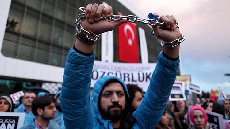 """Periodista turco a RT: """"Somos víctimas de la opresión de un régimen despótico"""""""
