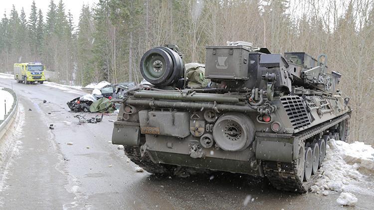 Colisión desigual: Un tanque de la OTAN choca contra un coche en Noruega
