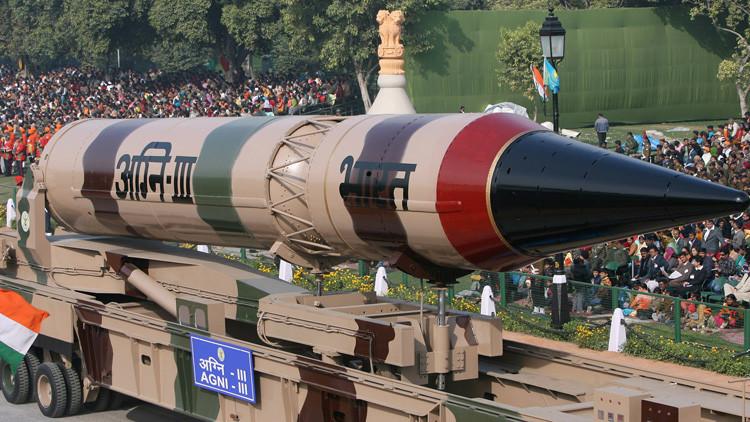 Un misil indio Agni III durante un ensayo general para el desfile del día de la República en Nueva Deli